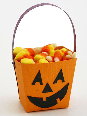 MAKE A JACK-O'-LANTERN HALLOWEEN TREAT BUCKET